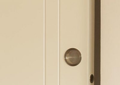 Detail of interlacing and flush handle on sliding door