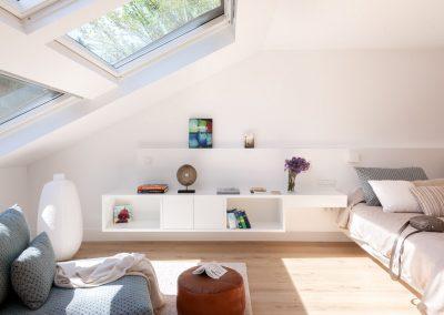 Cabecero, mesillas con luz y base de la cama