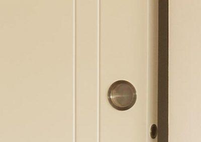 Detalle de entrecalles y tirador enrasado en puerta corredera