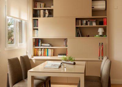 Librería con puertas correderas para ocultar aparato de aire acondicionado