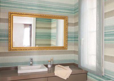 Encimera-cajón y balda en DM lacado teniendo en cuenta el color del papel de la pared