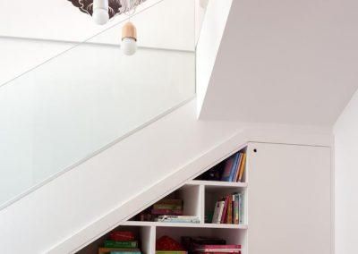 Mueble bajo de gran profundidad, estanterías y armario bajo escalera